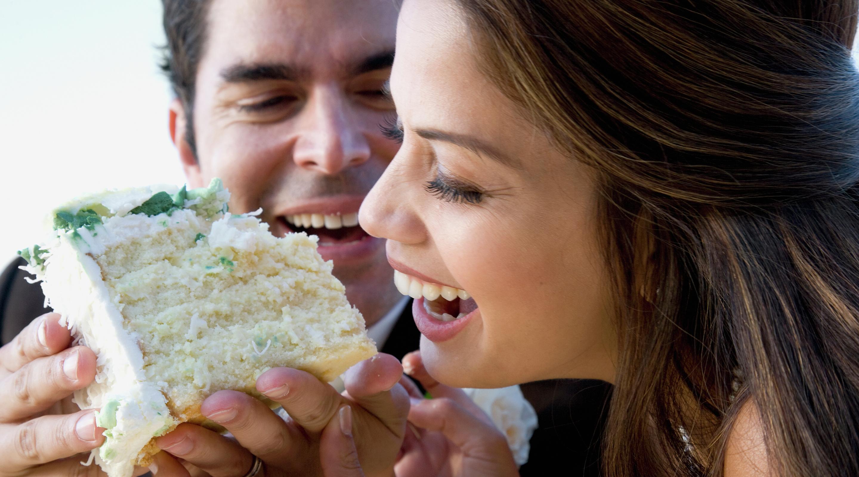 Pogodite o čemu sada upravo razmišlja osoba iznad? - Page 5 Vdara-weddings-couple-eating-cake